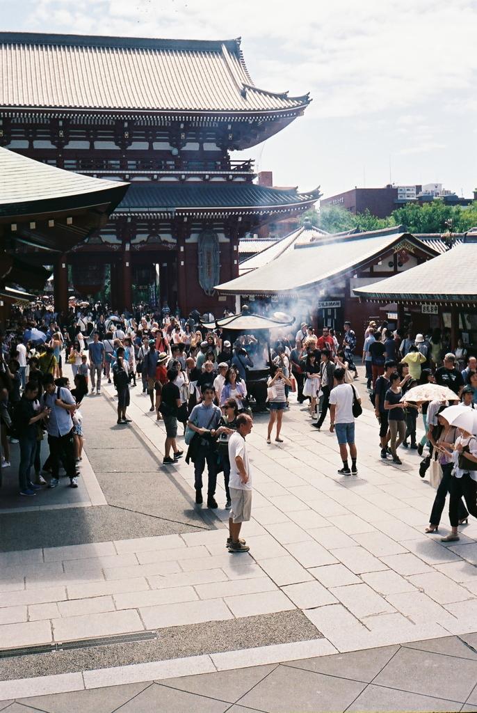 浅草寺本堂からの境内
