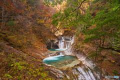 紅葉の七ツ釜五段の滝
