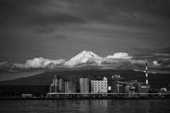 田子の浦港から見る富士山