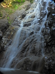 楊梅の滝 岩の色