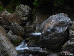 雨の巨石渓谷