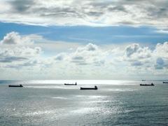 束の間の天気、銀色に輝く海には