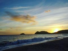 静かな海辺で夕暮れを