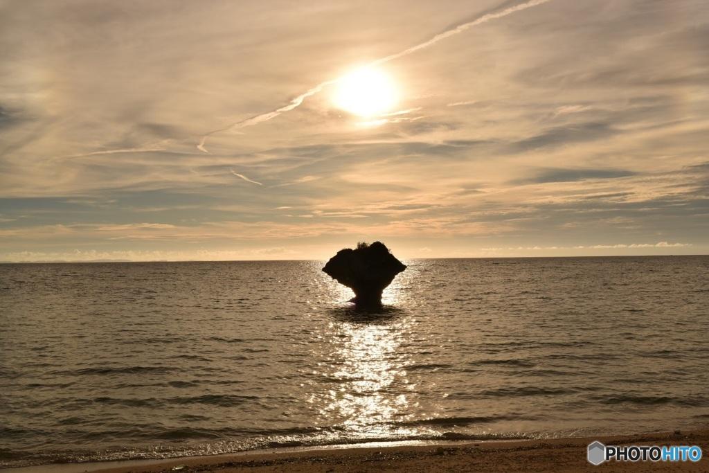 奇岩と東シナ海に沈む太陽