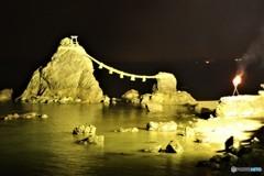 夫婦岩の結界を篝火が守る  (年越しのお伊勢さん 4)