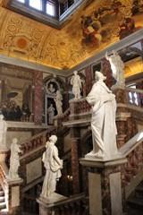 階段を囲む像たち (ドロットニングホルム宮殿 2)
