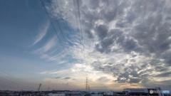 広角の青空と雲と鉄塔3
