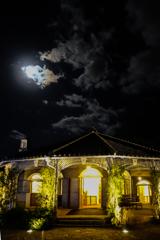 グラバー邸と月