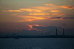 工場と夜明けの雲