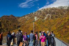立山大観峰の紅葉を撮る人々