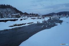 山と川のある町