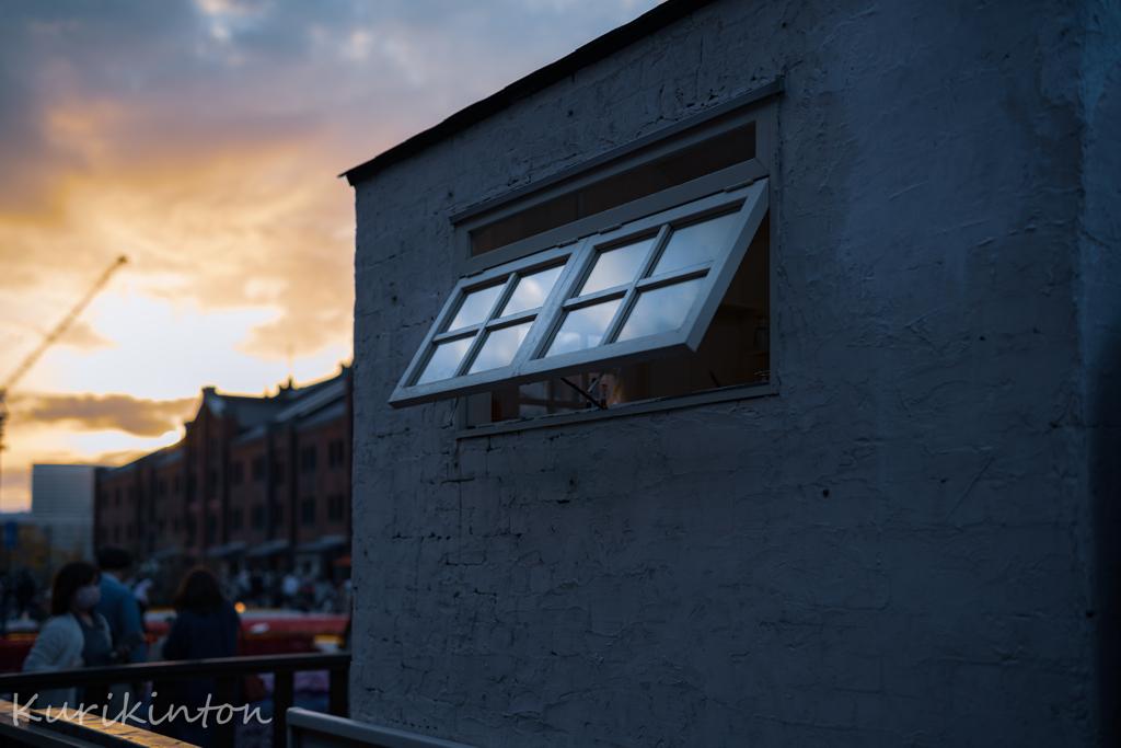 燃える西陽と窓