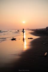 浮き輪と夕陽