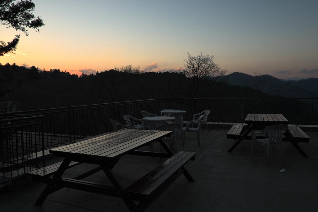 夕暮れ時のケーブルカー高尾山駅付近