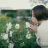白い花と白い服の女