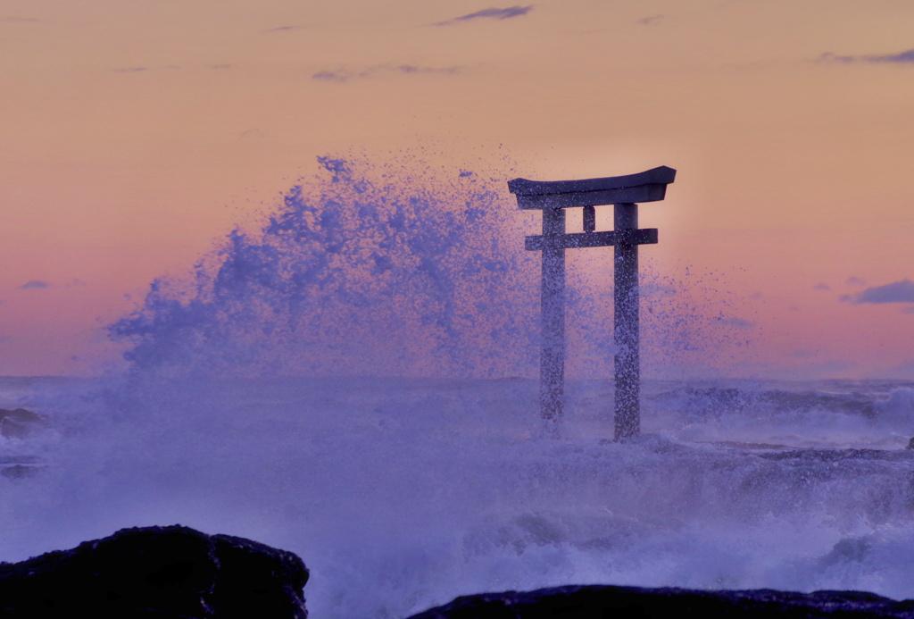 波に隠れる鳥居