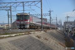 赤いラインの電車