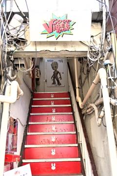 狭い階段の先には
