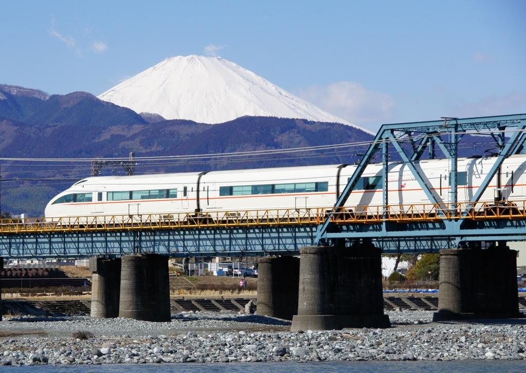 真っ白富士山&白いVSEロマンスカー