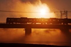 川霧の中の日の出とシルエット!