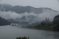 霧に浮かぶ大志集落と豆粒の只見線キハ40!