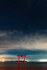 白髭神社鳥居と冬の大三角