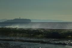 北風吹く冬の砂浜で