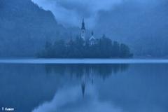 霧のブレッド湖に浮かぶ聖マリア教会