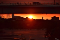 夕日は橋の下も真っ赤に染める