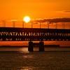 赤く染まる連絡橋