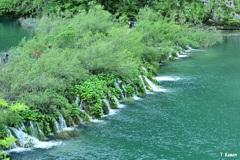 湖の流れの上の道
