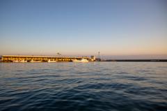 朝日を浴びる漁港。