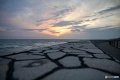 堤防と海と夕日。