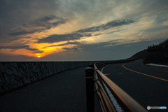 海岸道路の夕日。
