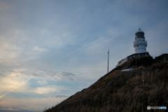 飛行機雲と灯台。