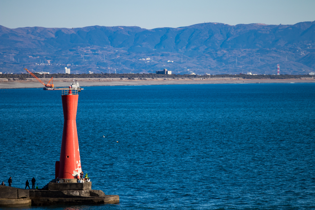 赤灯台と釣り人。