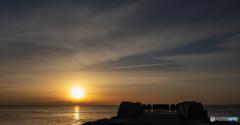 朝日と飛行機雲。