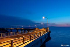明け方の橋。