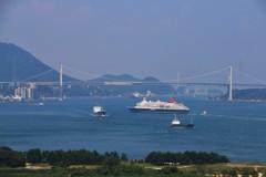 関門海峡を横切る「にっぽん丸」