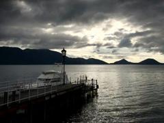 朝日射す湖