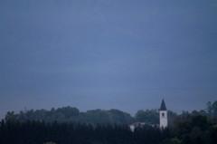 塔のある丘