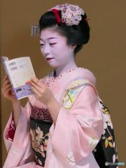 "Watching Comic ""Kiyo in Kyoto"""