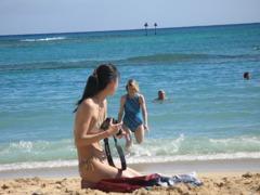 PHOTO GIRL IN WAIKIKI BEACH