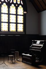 窓辺のピアノ