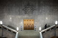 時計と金の扉と階段と