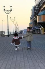夕暮れの散歩 兄と妹