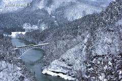 冬山河をゆく
