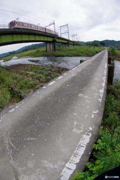 沈下橋のある鉄道風景