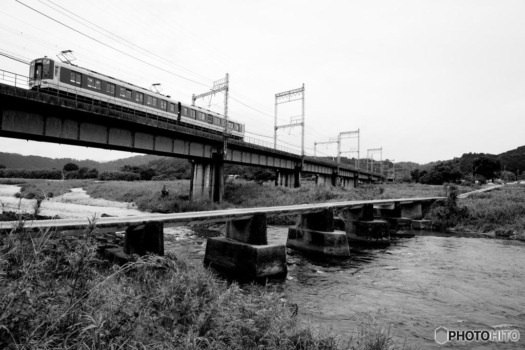 沈下橋のある鉄道風景 2