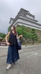 鶴ヶ城の前でモデル気取り